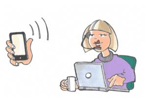 en mobil telefon og en kvinde bag en computer, der besvarer et opkald